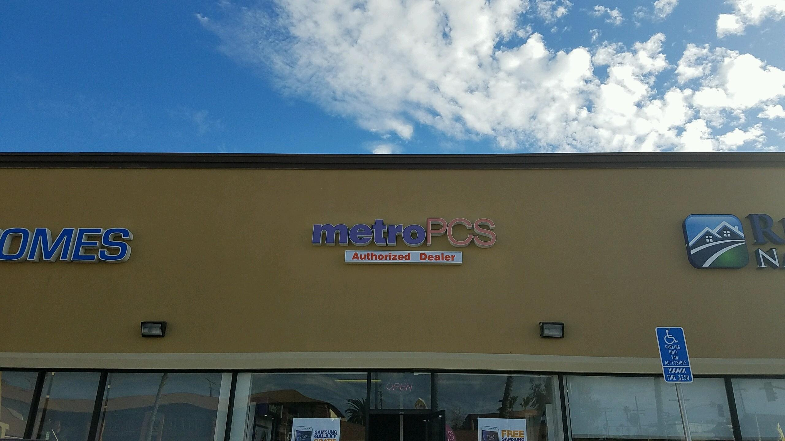 Two in police custody after robbery at Pacific Beach Metro PCS
